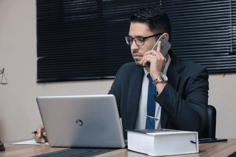 A man in his office talking on the phone | Photo: Pixabay