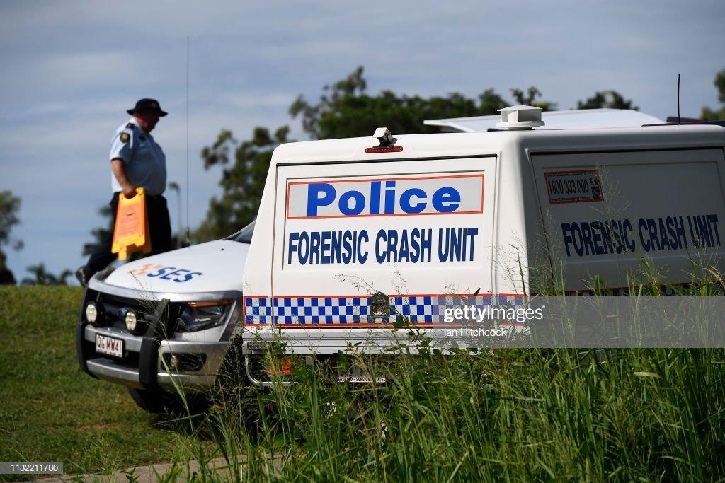 Un policier et deux voitures de police | photo : Gettyimages