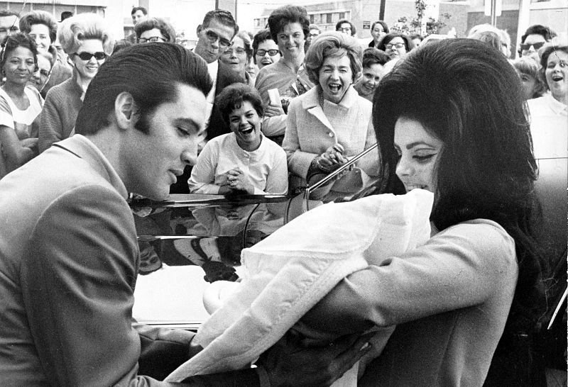 Elvis Presley and Priscilla with Lisa Marie, February 1968. | Source: Wikimedia Commons