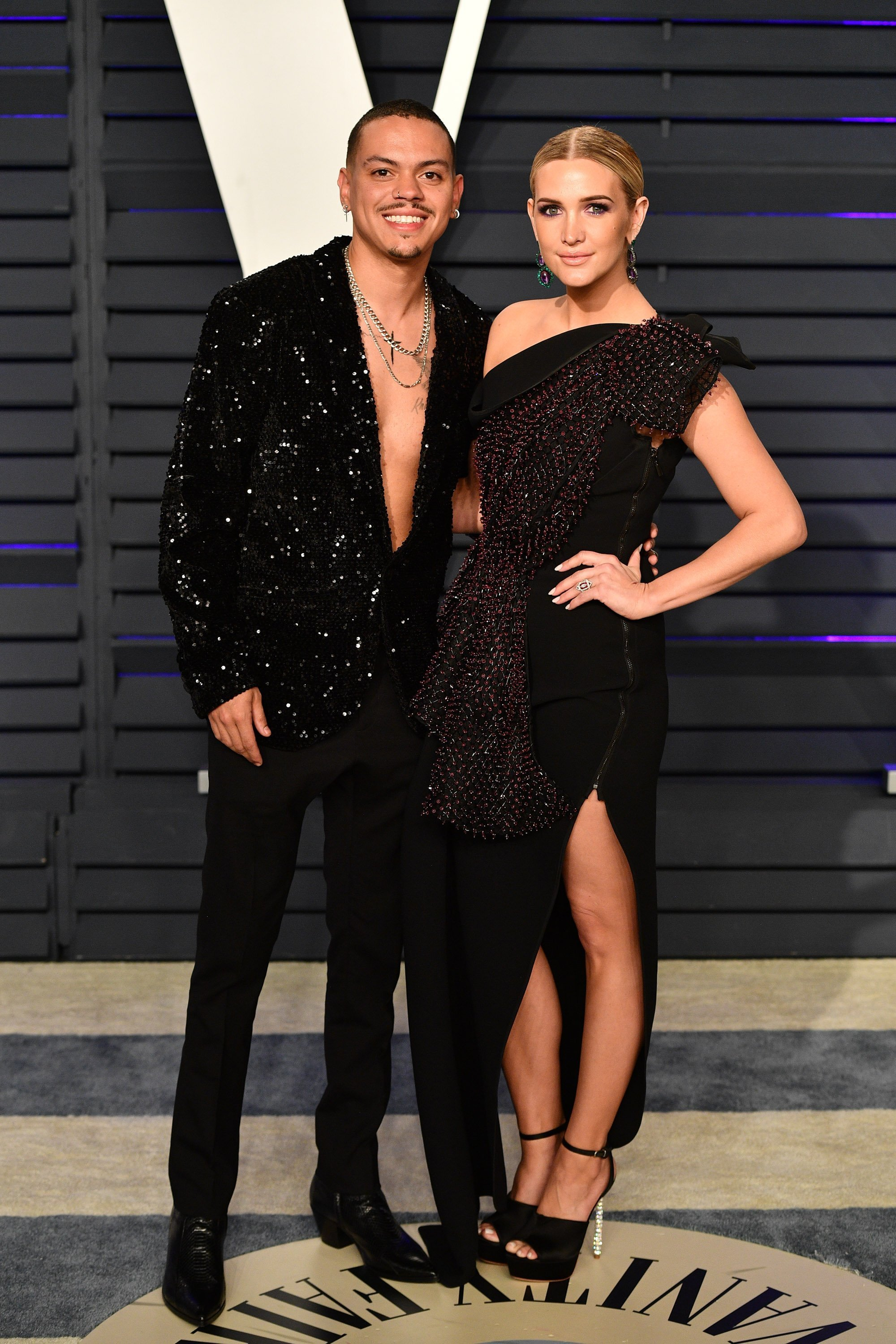 Evan Ross and Ashlee Simpson pose for the cameras at the 2019 Vanity Fair Oscar Party | Photo: Getty Images