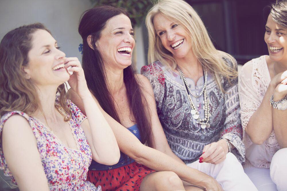 Un groupe d'amies en train de rire. l Source: Shutterstock