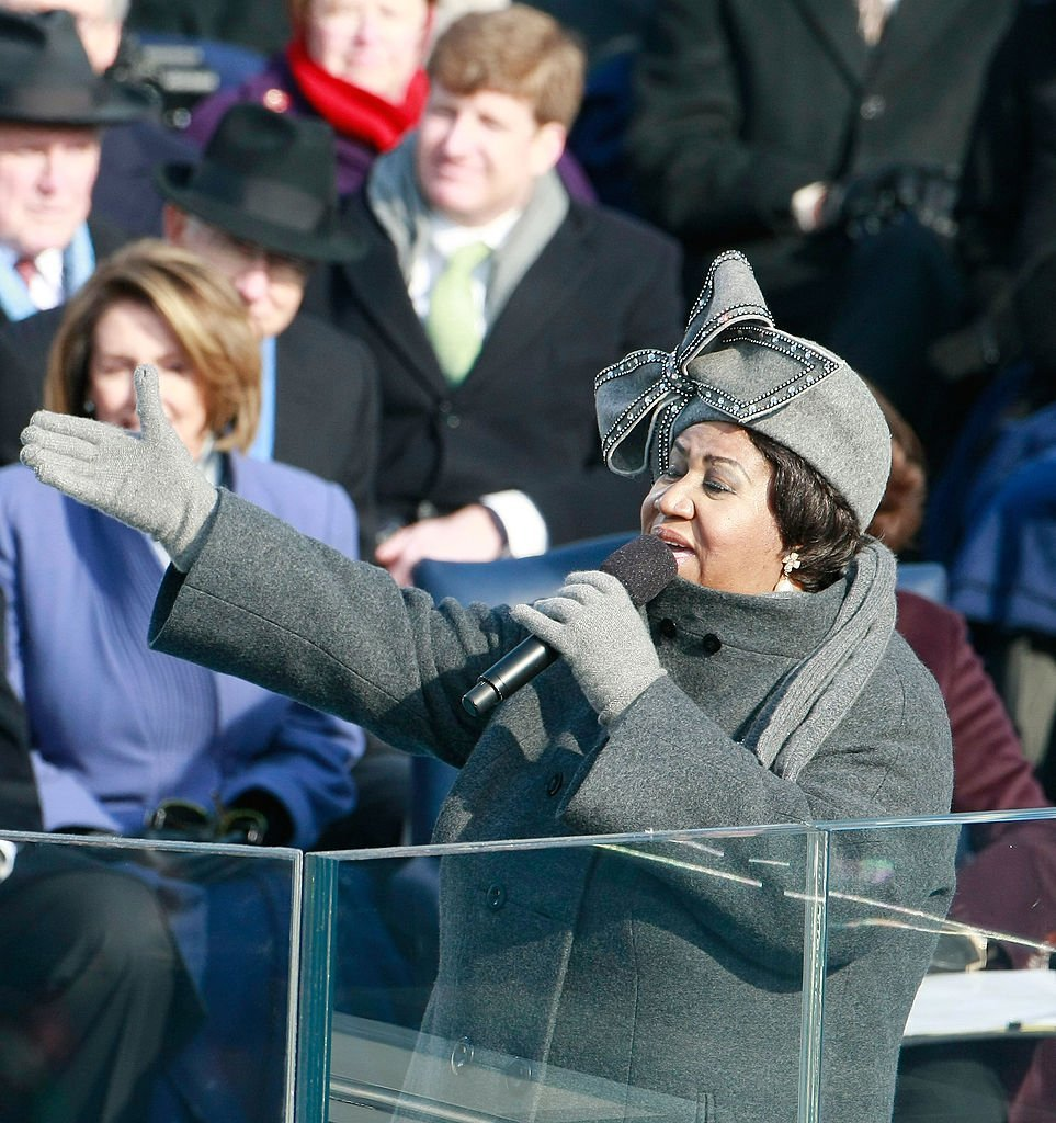 Aretha Franklin wearing the iconic pillbox hat with a giant bow during her performance at President Barack Obama's 2009 Inauguration. | Photo: Getty Images