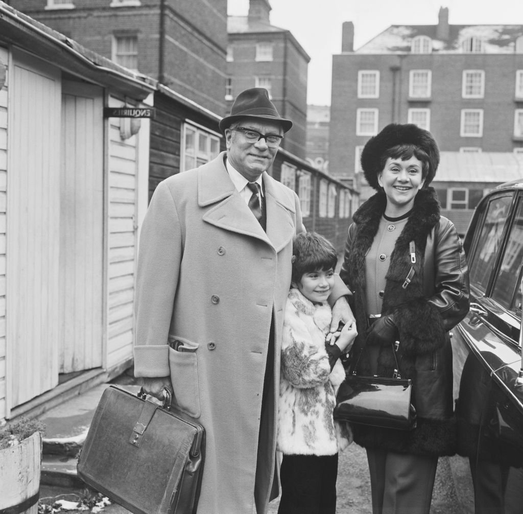 British actors Joan Plowright and Laurence Olivier (1907 - 1989) with their daughter Tamsin Olivier in the UK on January 5, 1970 | Photo: Getty Images