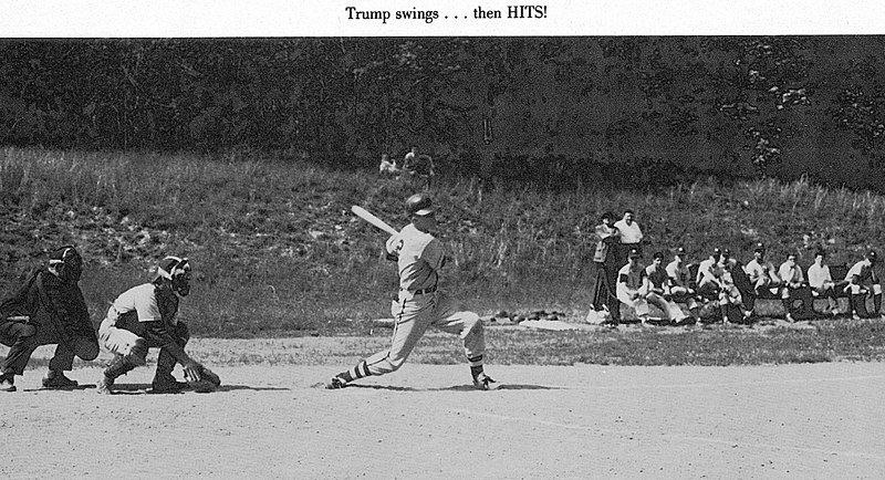 Donald Trump jouant au baseball en 1962. l Source : Getty Images