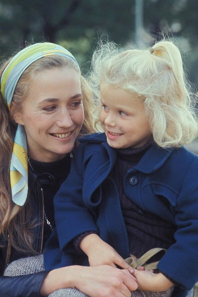Portrait de Brigitte Fossey et sa fille Marie, actrice, circa 1970, à Paris, France. | Photo : Getty Images