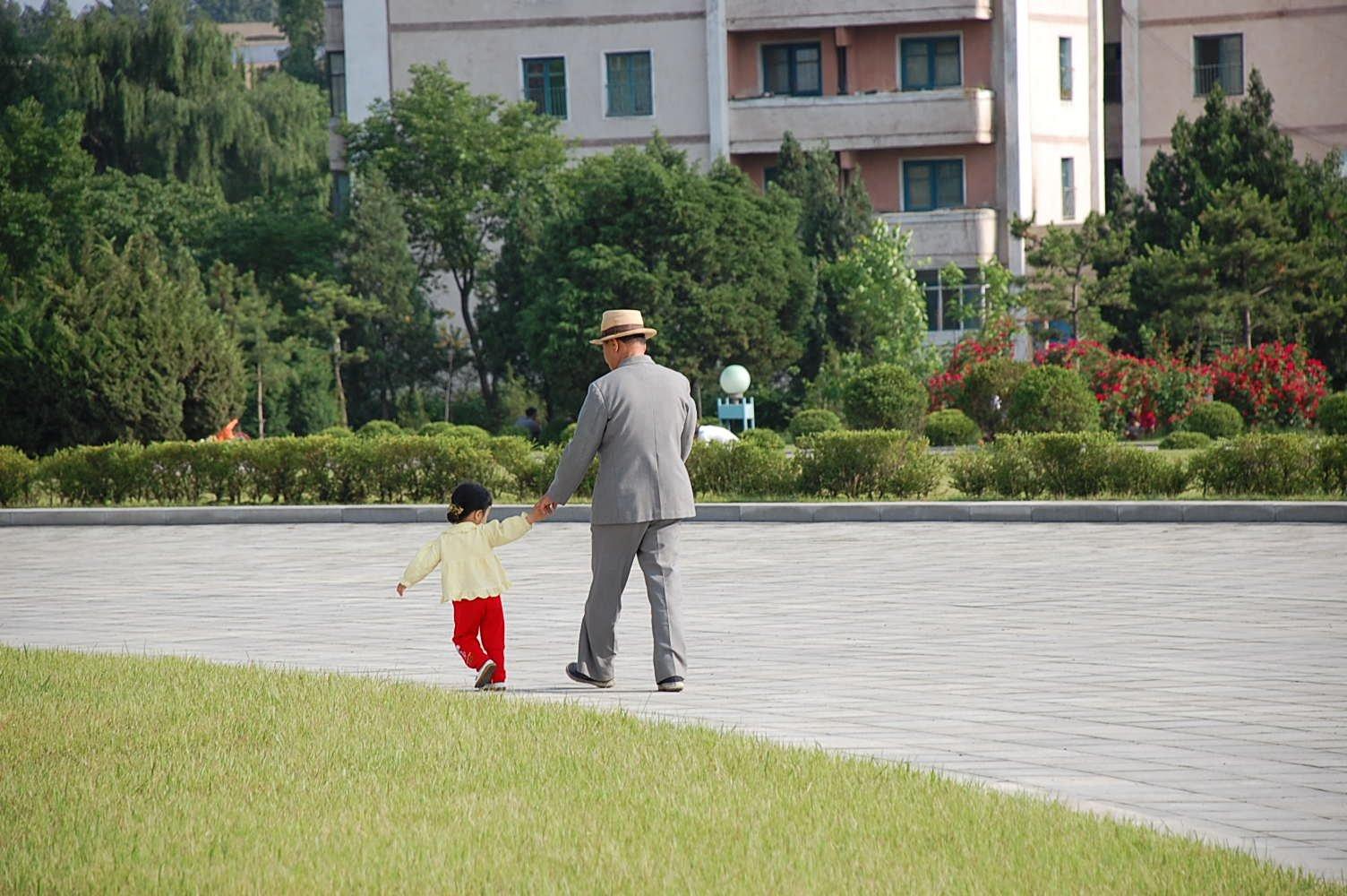 Promenade en compagnie d'un homme âgé | Image : Wikimedia Commons