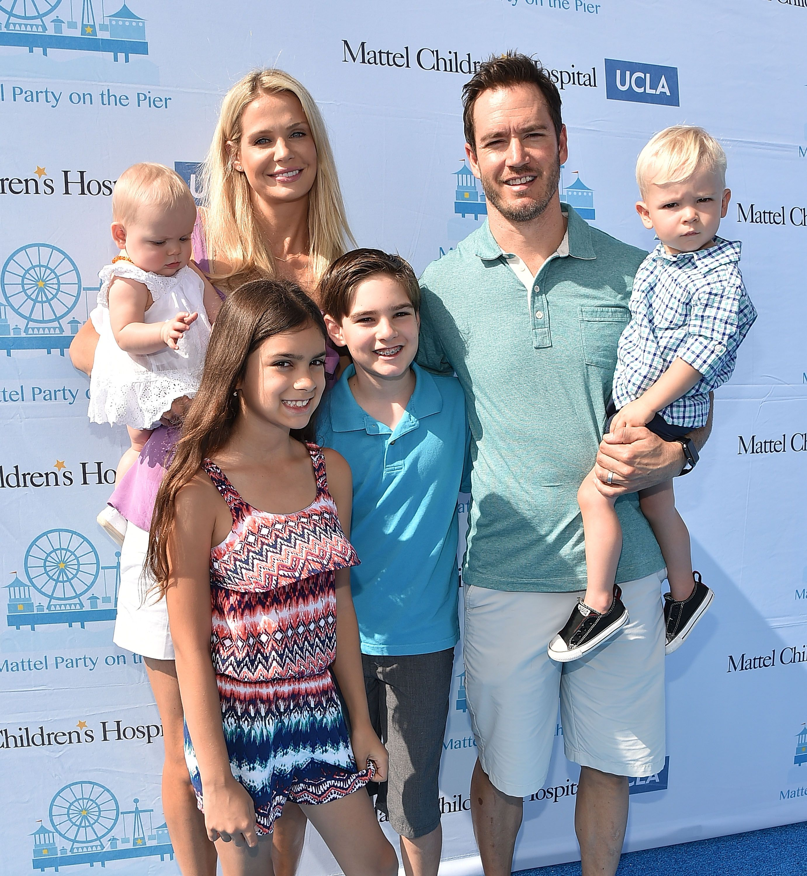 Mark-Paul Gosselaar and his wife Catriona McGinn and their children Michael, Ava, Dekker, and Lachlyn at Santa Monica Pier in 2015 in Santa Monica, California | Source: Getty Images