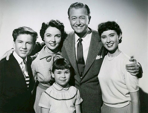 Anderson Family from the television program Father Knows Best. Back, from left: Billy Gray, Jane Wyatt, Robert Young, Elinor Donahue. At the front is Lauren Chapin. | Source: Wikimedia Commons.