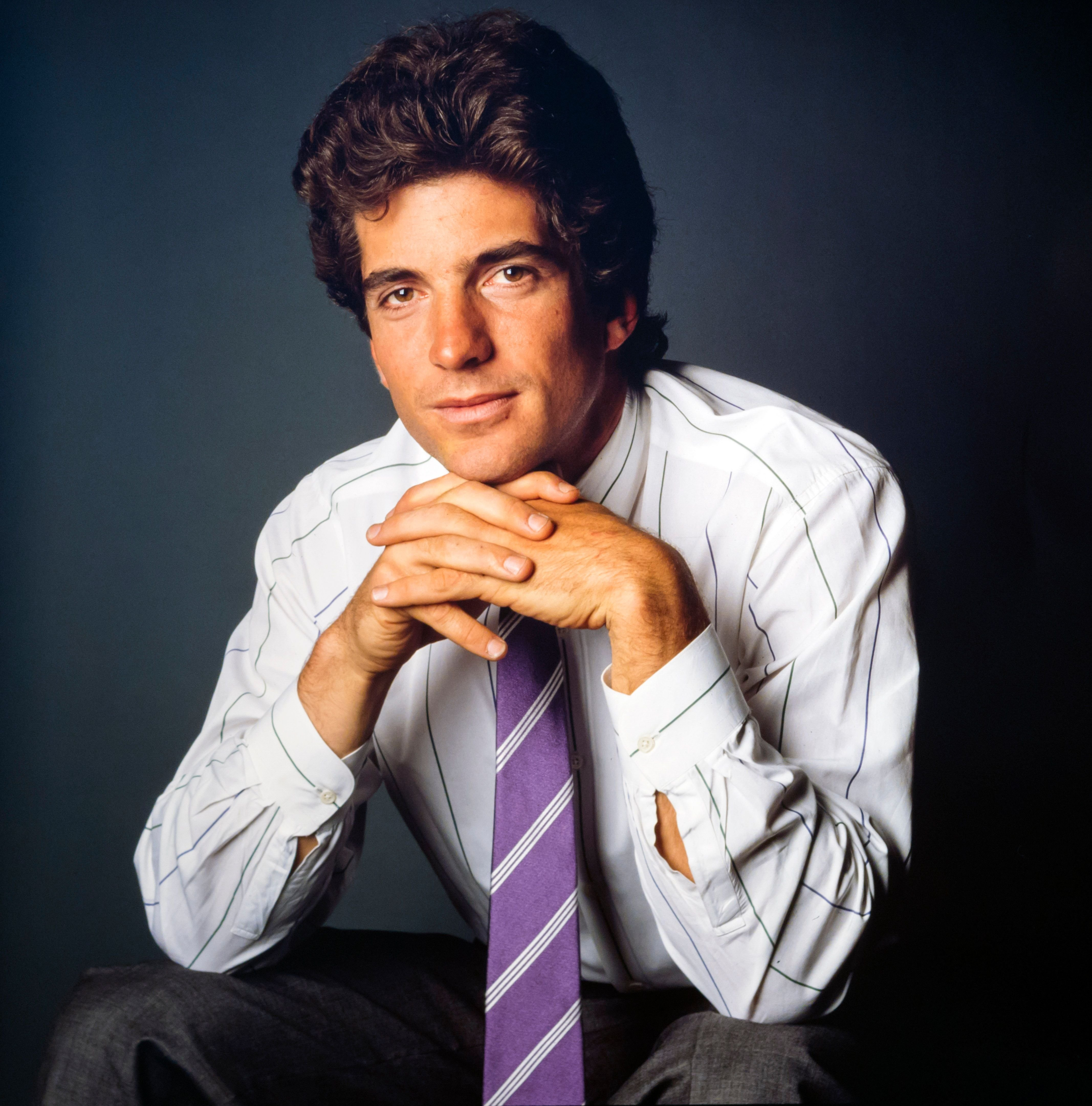 Studio portrait of American lawyer and magazine publisher John F Kennedy Jr. on June 09, 1988 | Photo: Getty Images
