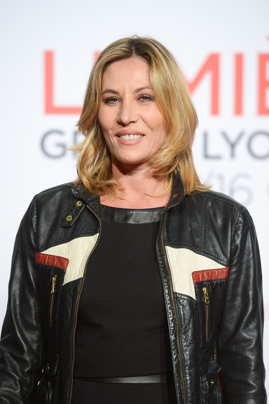 La comédienne Mathilde Seigner avec une veste cuire. | Photo : GettyImage