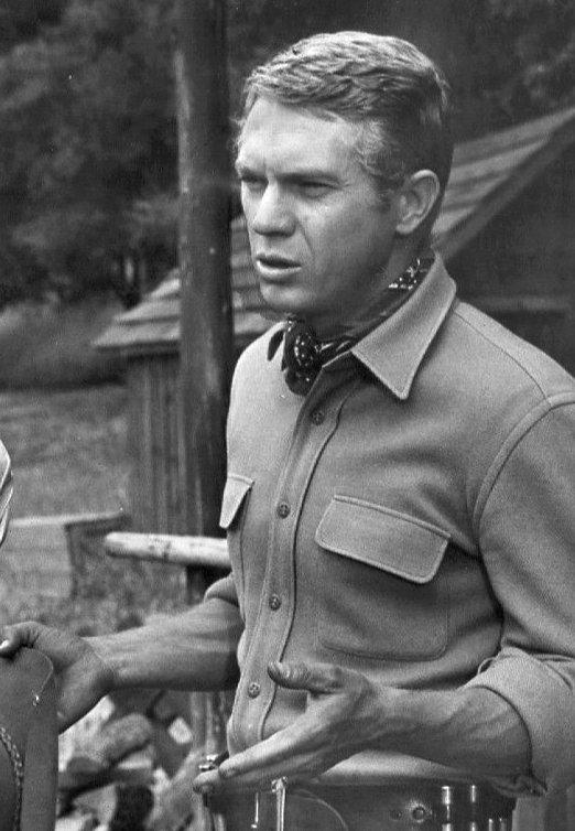 Steve McQueen en 1959 sur le tournage d'une série. l Source : Wikipedia