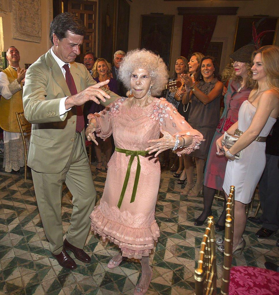 María del Rosario Cayetana Fitz-James-Stuart baila con su hijo Cayetano Martínez de Irujo en el Palacio de Dueñas el 5 de octubre de 2011 en Sevilla, España. | Imagen: Getty Images