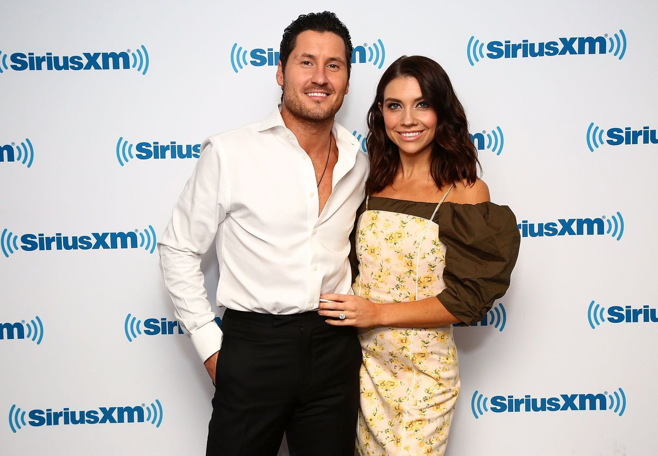 Val Chmerkovskiy and Jenna Johnson visit the SiriusXM studios on November 20, 2018 in New York City. | Source: Getty Images
