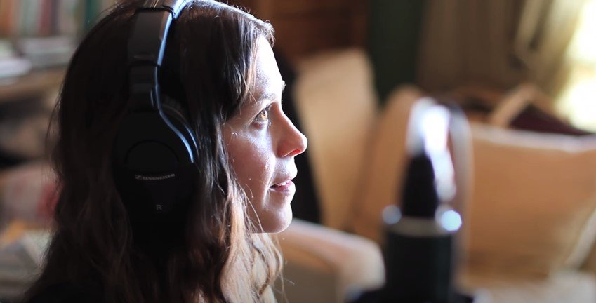 Photo of Alanis Morissette during an interview | Photo: Youtube / Alanis Morissette