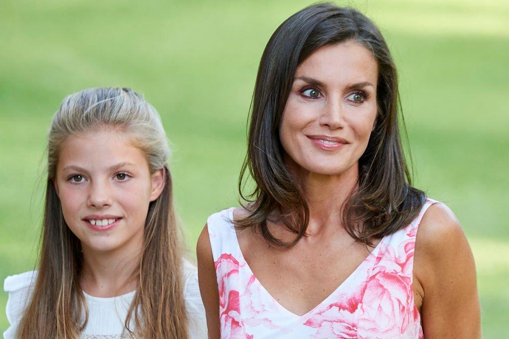 La reina Letizia y su hija, la princesa Leonor durante sus vacaciones en Mallorca. | Foto: Getty Images.