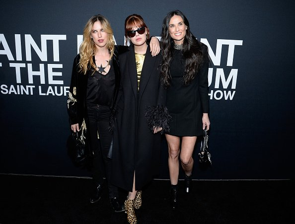 L'actrice Demi Moore et ses filles Scout Willis et Tallulah Willis assistent au spectacle Saint Laurent au Hollywood Palladium | Photo: Getty Images