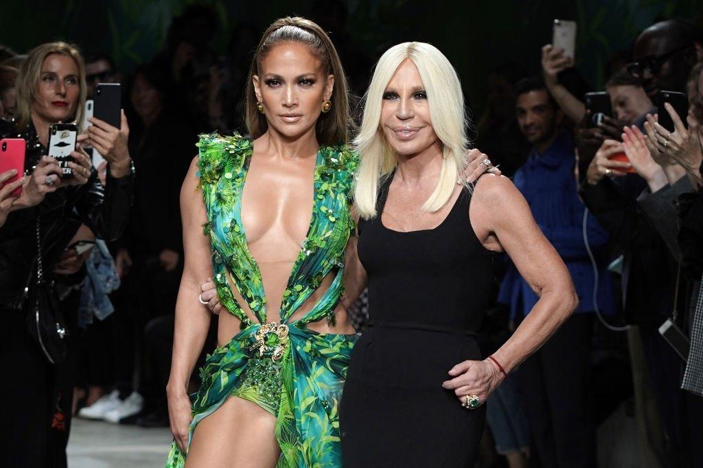Jennifer Lopez et Donatella Versace marchent sur la piste du défilé Versace pendant la Semaine de la mode de Milan printemps/été 2020. | Source : Getty Images