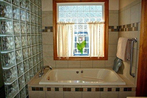 Une salle de bains et son vitrail propres. | Pixabay
