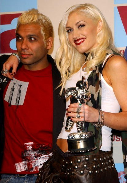 Gwen Stefani of No Doubt and bassist Tony Kanal pose in the media room at the 2002 MTV Video Music Awards at Radio City Music all August 29, 2002, in New York City. | Source: Getty Images.