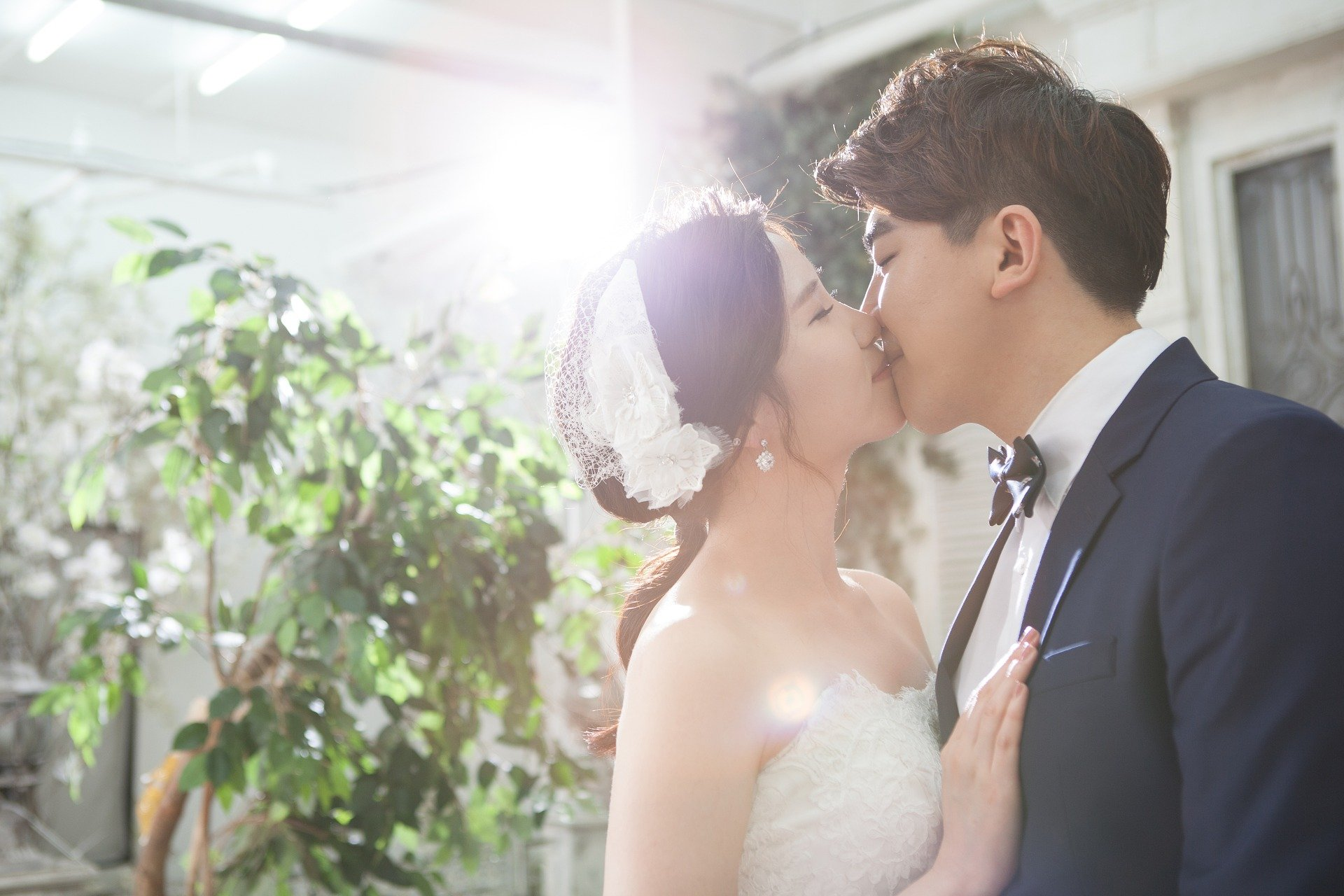 Wedding couple kissing    Photo: Pixabay