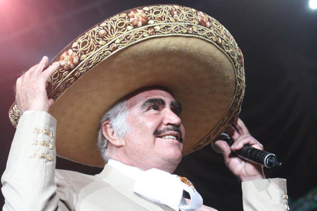 Vicente Fernández se prepara para comenzar a cantar en concierto   Foto: Flickr