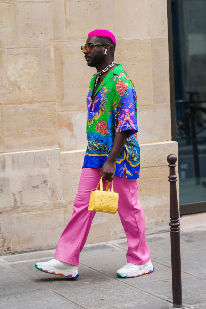 A guest in pink hair at the Paris Fashion Week on June 25, 2021 | Source: Getty Images
