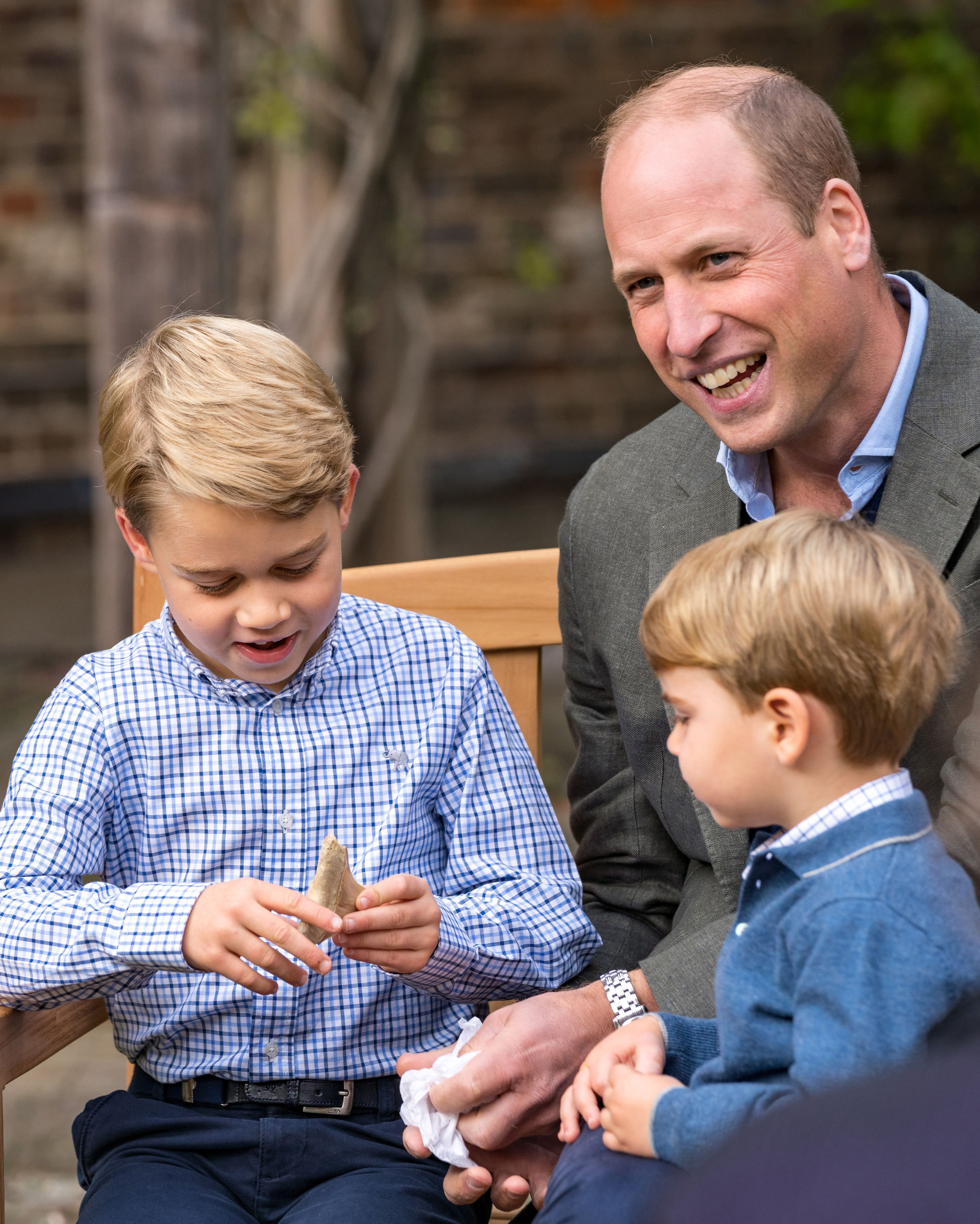 Prince George, Prince William, and Prince Louis in the gardens of Kensington Palace on September 24, 2020, in London, England   Photo: Getty Images