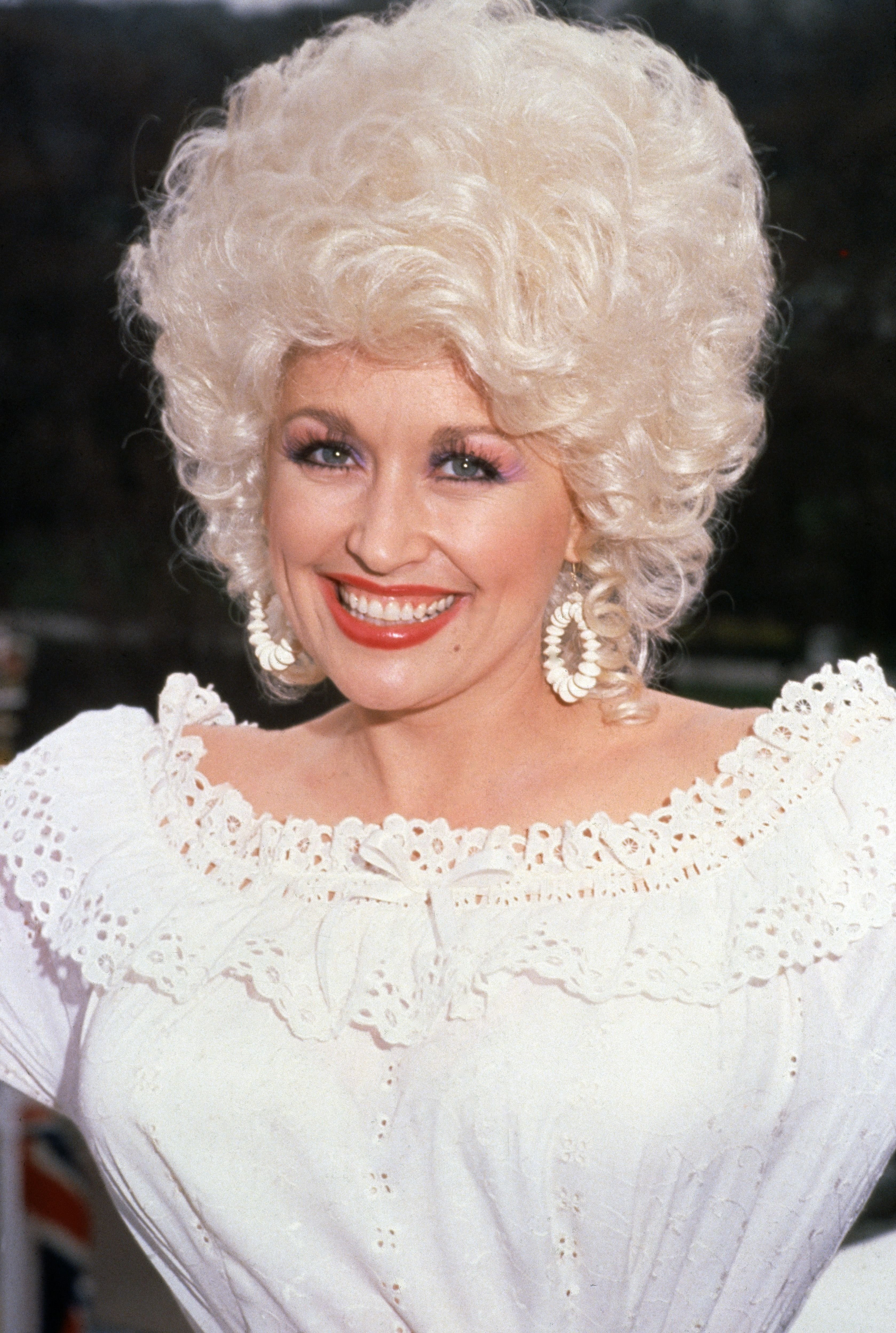 Dolly Parton in London, circa 1983. | Source: Getty Images