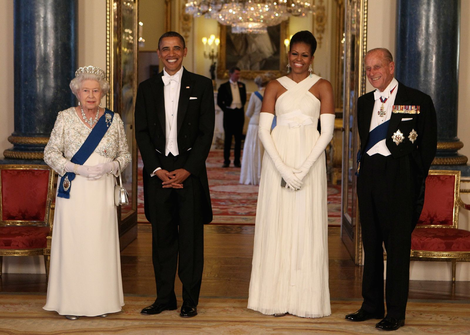 Queen Elizabeth II poses with Former President Barack Obama, Michelle Obama and Prince Philip, in the Music Room of Buckingham Palace on May 24, 2011 in London, England. | Photo: Getty Images.