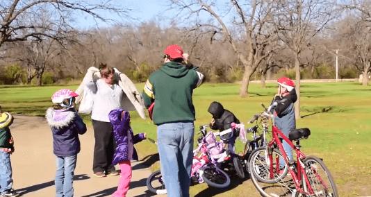 Familia de Texas adoptó a cinco hermanos abandonados en un orfanato. | Foto: YouTube/Vicky Reyes