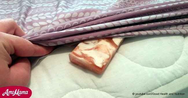 Voici ce que cela signifie quand certaines personnes ajoutent un pain de savon sous leurs draps