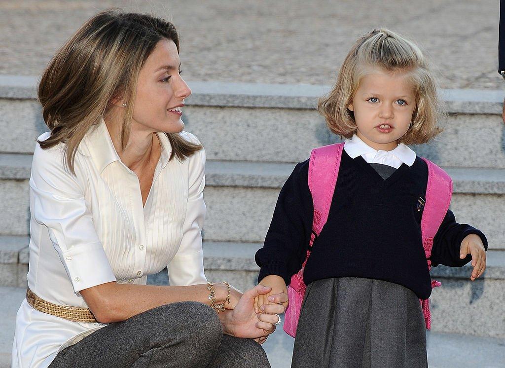 La princesa Leonor en su primer día de escuela junto a su madre, Letizia, el 15 de septiembre de 2008 en Aravaca, cerca de Madrid, España.   Foto: Getty Images
