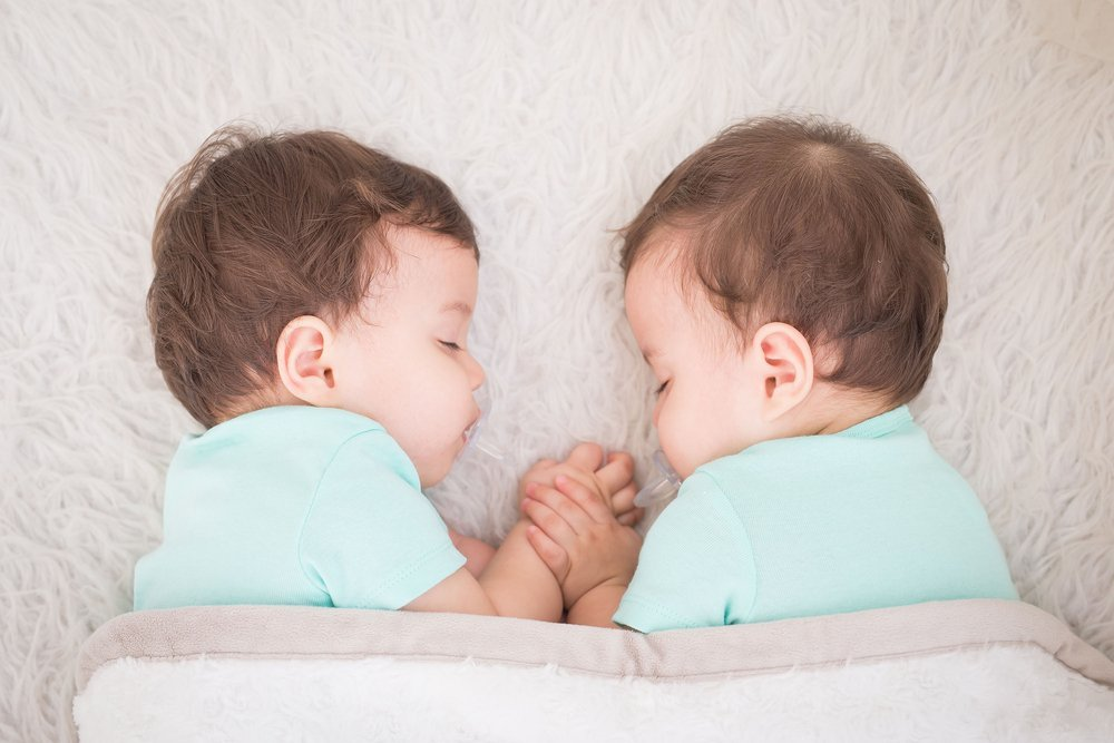 Newborn beautiful baby twins sleeping with pacifier | Photo: Shutterstock
