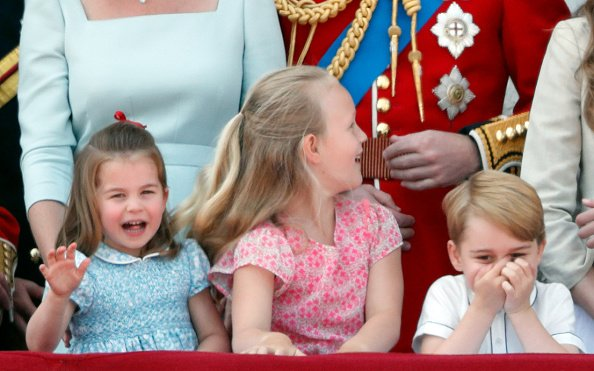 Le prince George et la princesse Charlotte Partagent un moment merveilleux.   Getty Images