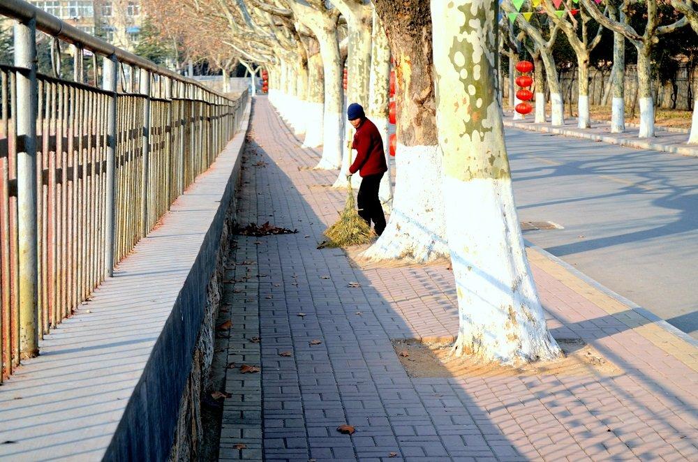 Mujer barriendo las calles de la ciudad. | Imagen: Public Domain Pictures