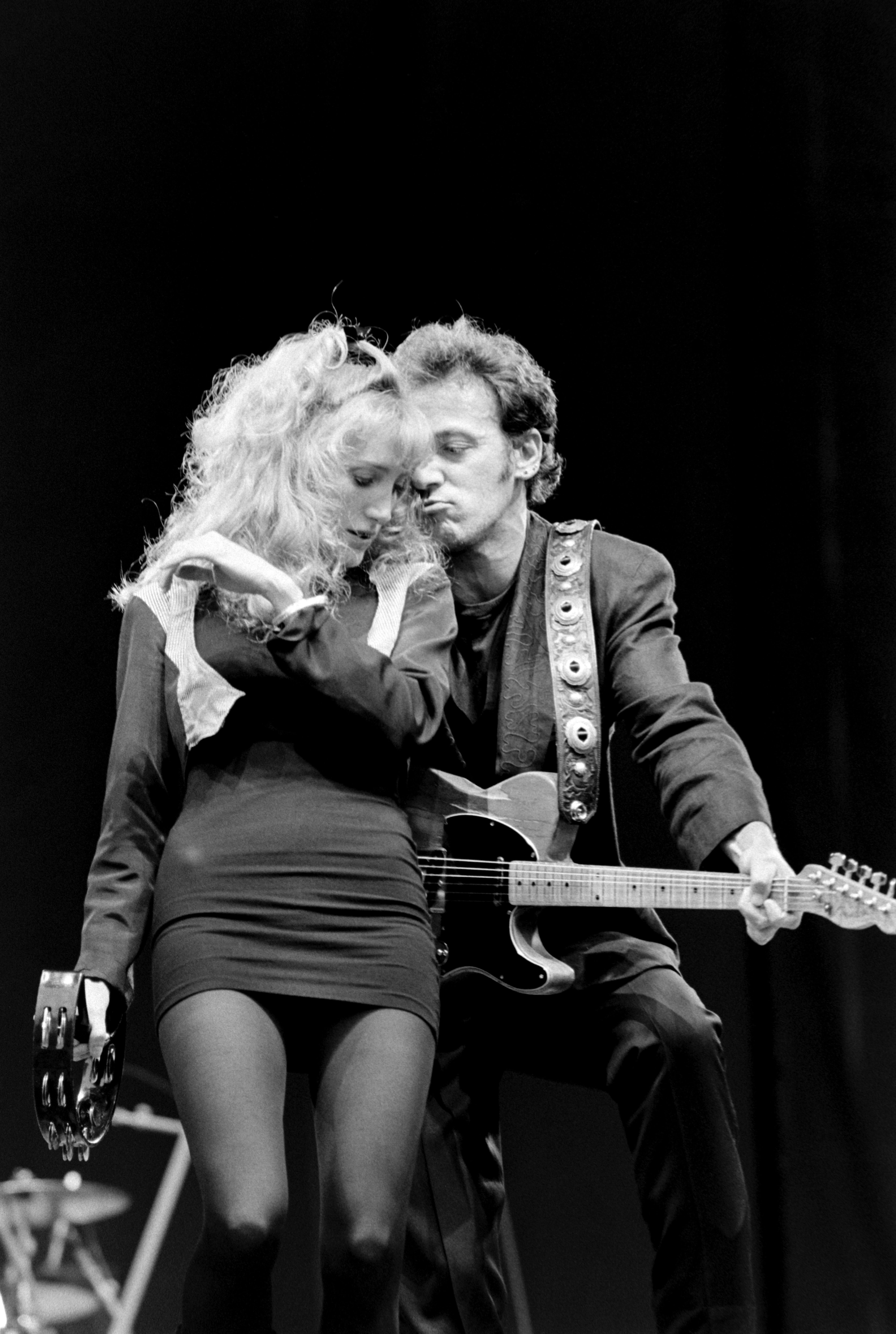 Musician Patti Scialfa performing on stage with Bruce Springsteen at Wembley Stadium, London, June 30th 1988| Photo: Getty Images