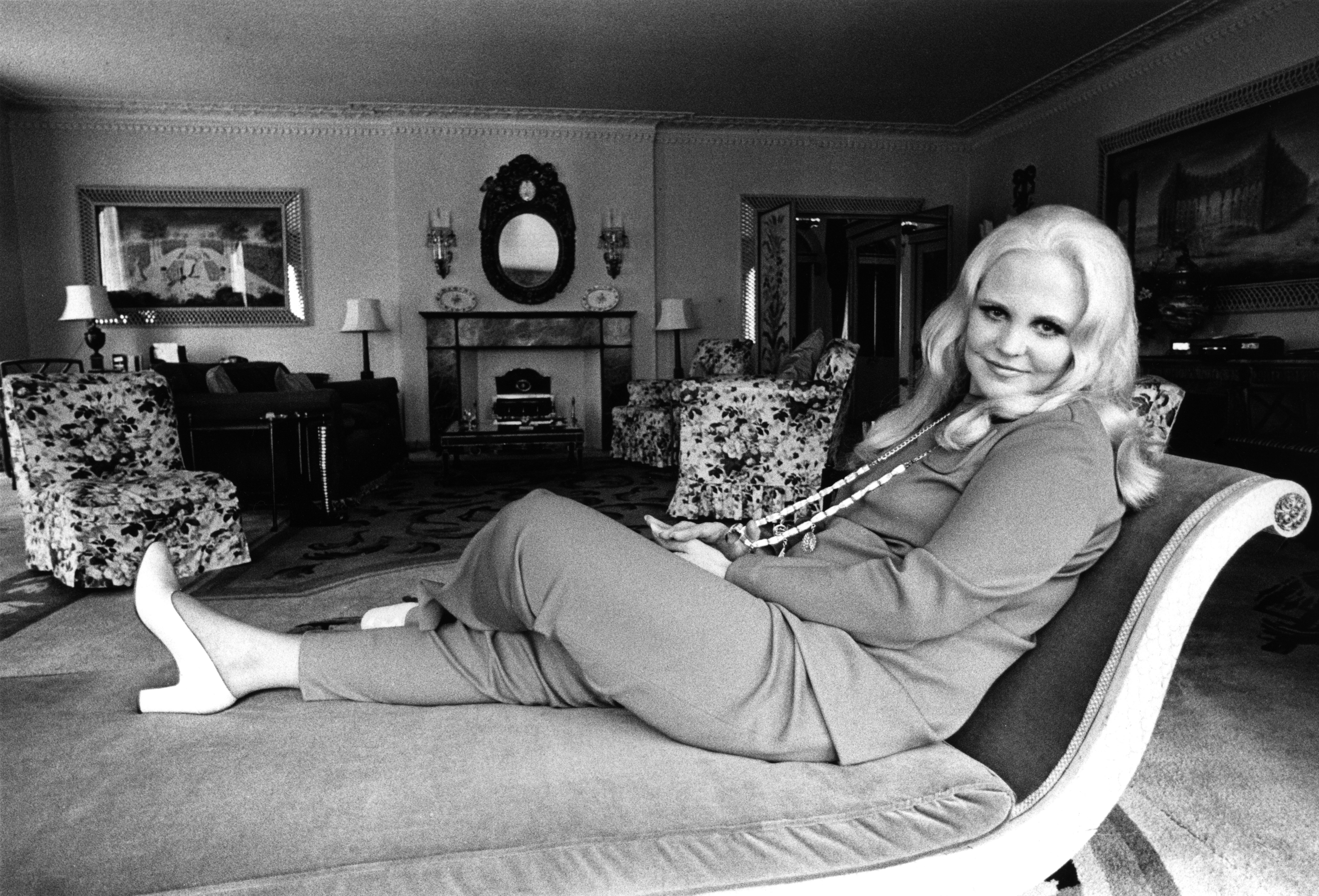 American singer Peggy Lee relcining on a chaise longue before a Royal Albert Hall concert, 1970 | Photo: Getty Images