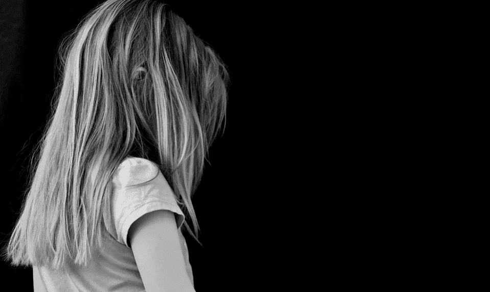 A black-and-white portrait of a sad young girl. | Photo: Pixabay