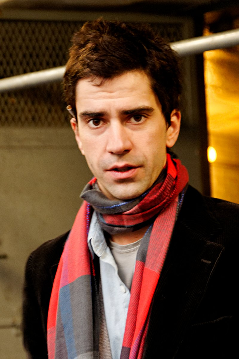 Hamish Linklater at the stage door of the John Golden Theatre after a performance of Theresa Rebeck's Seminar, 2011 | Photo: Wikimedia Commons Images