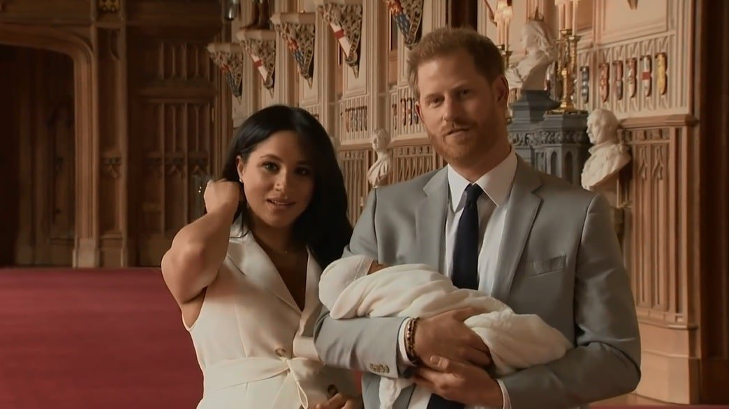 Meghan Markle, Prinz Harry und Sohn Archie | Quelle: Youtube/Nicki Swift