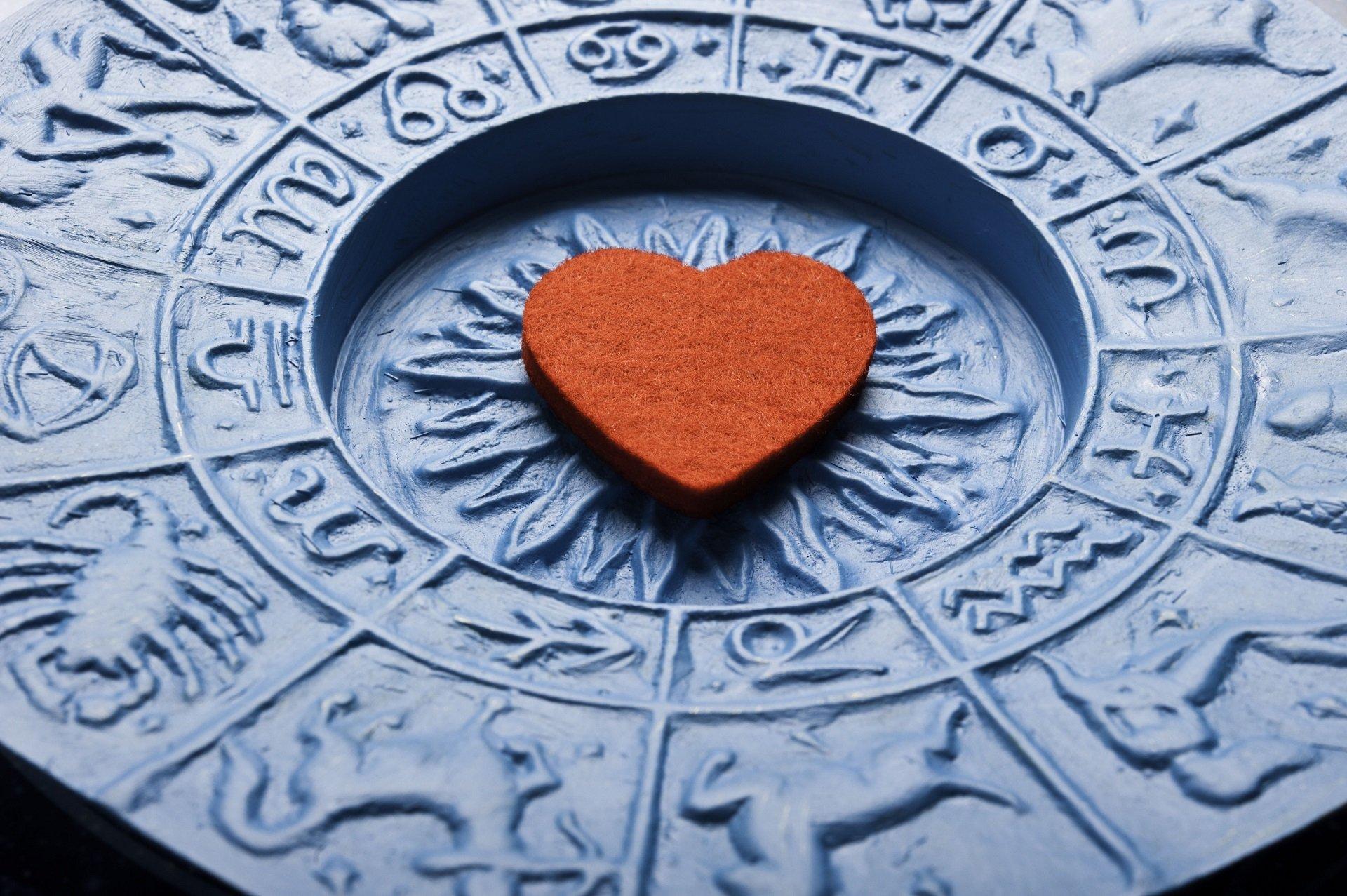 Corazón sobre platón astrológico || Fuente: Shutterstock