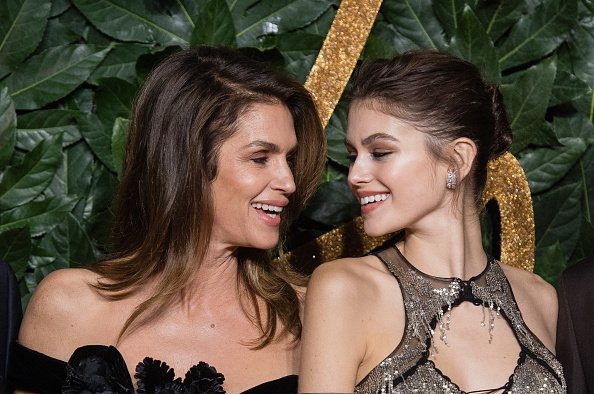 Cindy Crawford und Kaia Gerber in der Royal Albert Hall am 10. Dezember 2018 in London, England. | Quelle: Getty Images