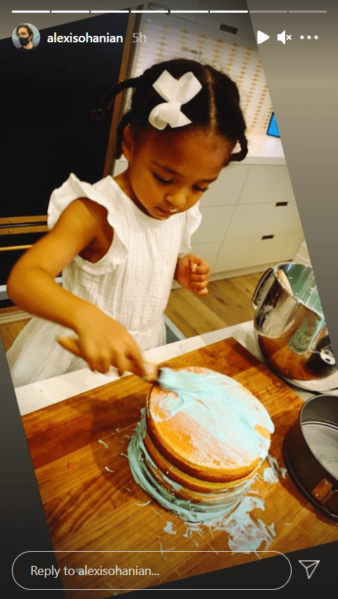 Olympia Ohanian enjoys making pancakes at home, December 2020. | Photo: Instagram/Alexis Ohanian.