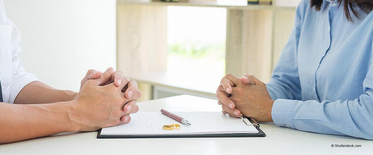 Richter interviewt Frau bezüglich ihrer bevorstehenden Scheidung