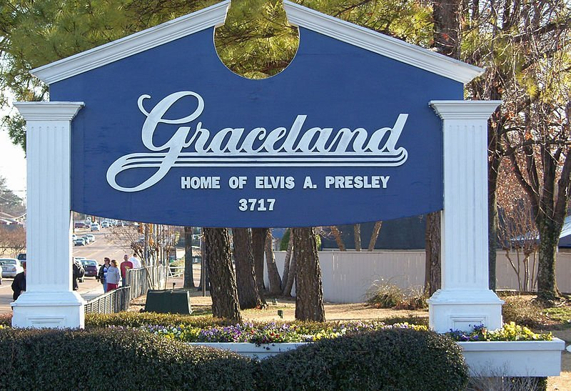 Entrance to Elvis Presley's home, Graceland | Source: Wikimedia