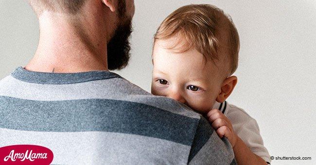 Un père célibataire veut faire adopter son fils de 2 ans parce qu'il est 'tellement fatigué'