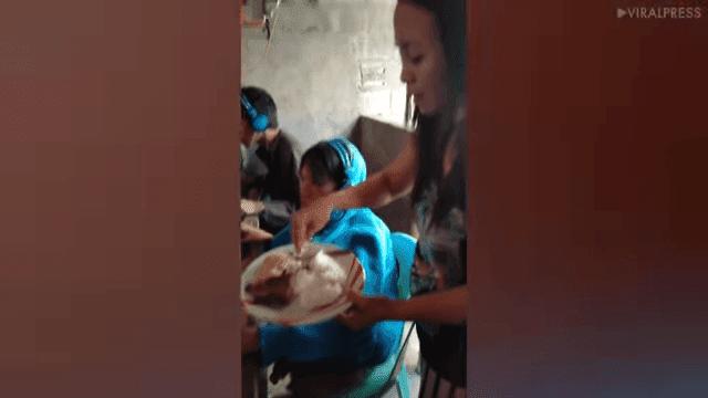 Madre alimentando a su hijo mientras juega / Imagen tomada de: YouTube / Viral Press