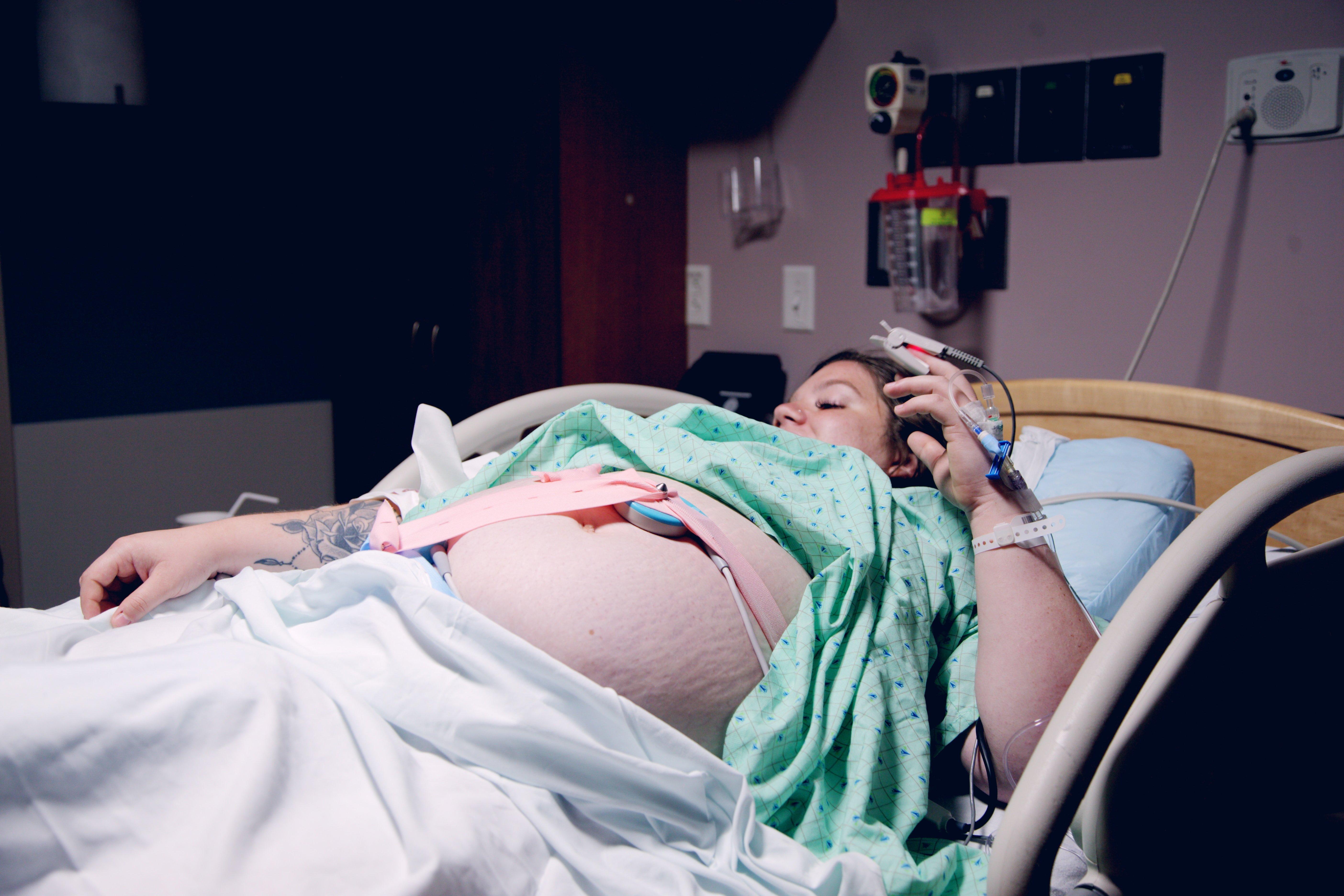 A pregnant woman on a hospital bed | Source: Unsplash.com