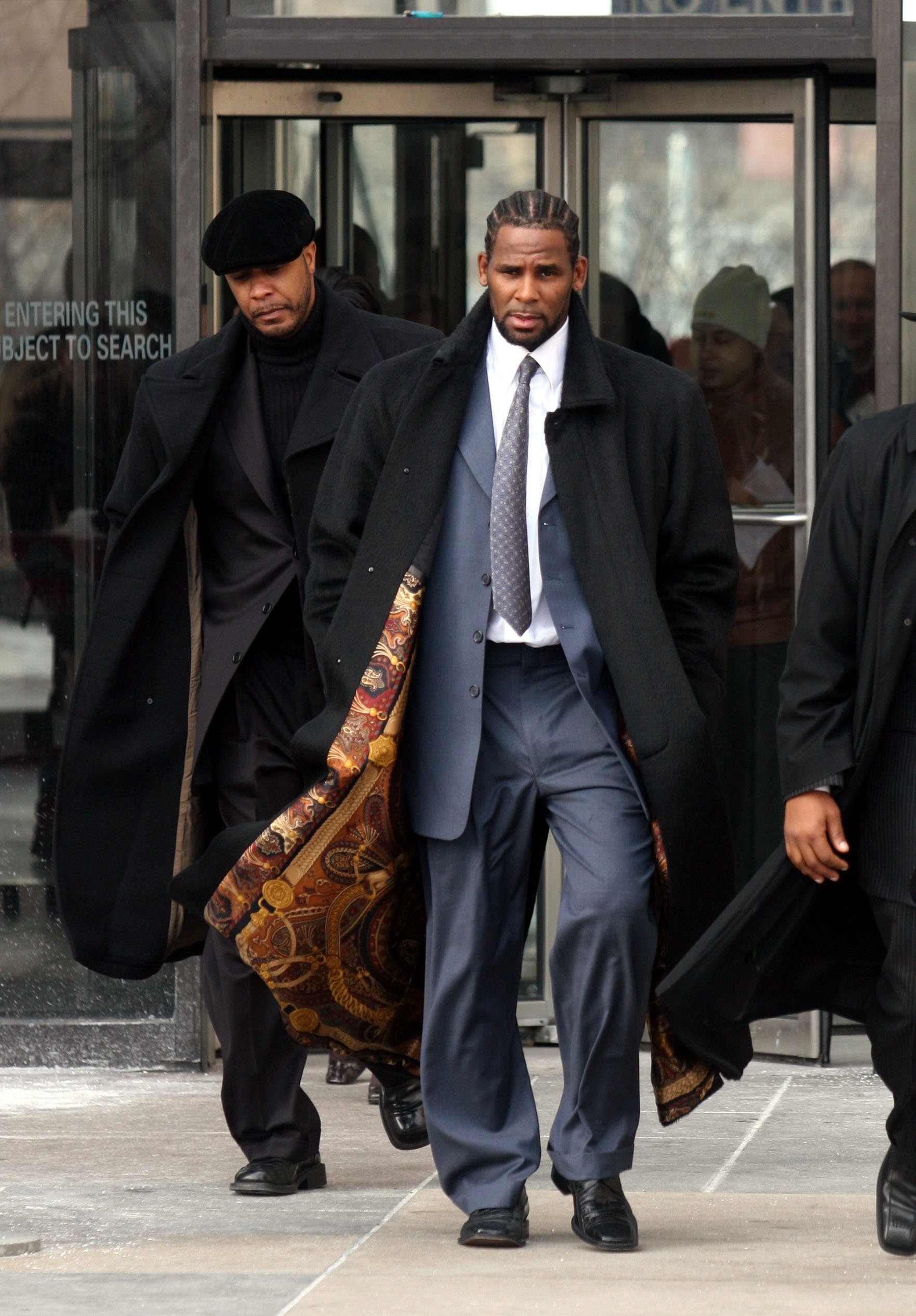 R. Kelly leaves Cook County Court after his court hearings on Dec. 20, 2007 in Chicago | Photo: Getty Images