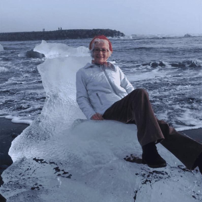 Abuela sentada en témpano de hielo. Fuente: Twitter/Xiushook